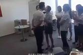 Sếp nam bắt nhân viên nữ hôn mỗi ngày