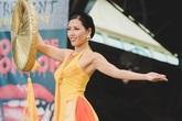 Người đẹp có chỉ số vàng trình diễn áo tứ thân ở Miss Grand International