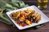 Cánh gà rán và khoai tây cháy cạnh