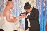 Chú rể mặc váy cưới, cô dâu mặc vest trong đám cưới