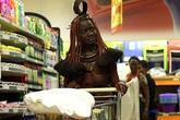 Cô gái bộ lạc châu Phi thả ngực trần đi siêu thị