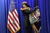 Biểu cảm trái ngược của bé gái khi gặp Obama và Trump