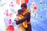 Cô dâu, chú rể tặng nhau trăn vàng thay vì nhẫn cưới