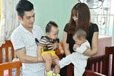 Vợ chồng Phi Thanh Vân bế con trai 8 tháng tuổi đi từ thiện