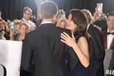 Brad Pitt thân mật với người tình tin đồn trên thảm đỏ