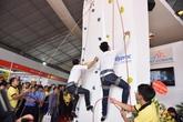 Phan Anh thi tài leo núi nhân tạo cùng khán giả tại Vietbuild Hà Nội
