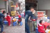 """Clip gây phẫn nộ: """"Ông bố địu con nhặt rác"""" dùng thắt lưng đánh con gái dã man trên phố Hà Nội"""