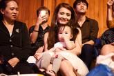 Em gái Công Vinh đưa con gái đi cùng khi biểu diễn