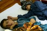 Mắc bệnh lạ, cặp anh em bị liệt khi Mặt trời lặn