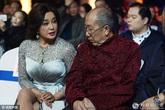 Lưu Hiểu Khánh khoe chân nuột nà khiến đồng nghiệp ngẩn ngơ