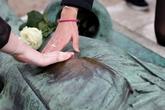 Bức tượng bị sờ 'của quý' đến nhẵn bóng để cầu tự