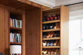 Nhà nhà đều xếp giày dép vào tủ như thế này bảo sao ai cũng ốm liên miên