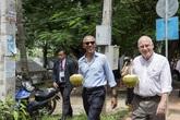 Ông Obama uống nước dừa trên phố ở Lào
