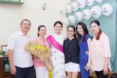 Á hậu Thùy Dung hạnh phúc trở về với bố mẹ và 3 chị gái