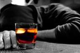 Hai người đàn ông nhậu đến chết bên bàn rượu