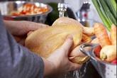 Thực hư việc rửa thịt gà trước khi nấu có thể gây chết người?