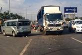Xe tải tông xe khách văng ngang đường như phim
