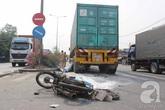 Hai anh em chết thảm dưới gầm xe container khi băng qua đường