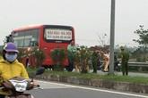 Bất cẩn khi sang đường, 2 học sinh bị xe khách tông tử vong