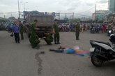 Ôm 2 con ngất xỉu bên thi thể chồng bị xe tải cán ở Sài Gòn