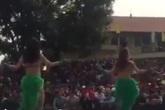 """Xôn xao clip đội vũ nữ sexy về hội làng biểu diễn làm các cụ già """"đỏ mặt"""""""