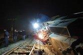 Đâm vào xe container, đầu máy tàu hỏa văng khỏi đường ray