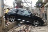 Xe Lexus nát bươm đầu khi vào bãi rửa xe