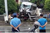 Xe 16 chỗ mất lái đâm cột điện, hành khách hoảng loạn