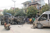 Xe tải bị xe khách đâm lật ngửa, 2 người nhập viện