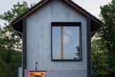 Bề ngoài chả ra sao nhưng không ngờ tiện nghi bên trong ngôi nhà gỗ khiến ai cũng phải mê đắm
