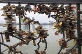 """Chi chít khóa trên """"Cầu tình yêu"""" ở sông Hàn"""