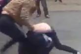 Triệu tập 2 cô gái túm tóc, lột đồ nữ sinh trước cổng trường