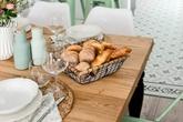 """Căn bếp màu xanh bạc hà như """"lạc trôi"""" từ nước Mỹ những năm 60"""