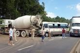 Ôtô khách chở 13 người đâm xe bồn, tài xế tử vong