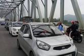 Người dân tiếp tục đưa xe ô tô ra cầu Bến Thủy phản đối