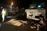 Tông vào đuôi xe tải đỗ bên đường, 3 người trên xe máy thương vong