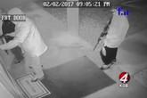 Người phụ nữ vờ cầu cứu để đồng bọn lao vào nhà cướp