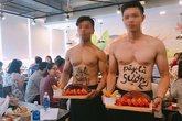 Trai đẹp cơ bắp, cởi trần bán hàng ở Hà Nội
