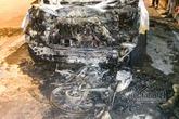 Hà Nội: Xe máy bị ô tô kéo lê, bốc cháy thành than