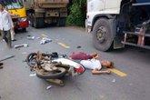Xe máy tông xe buýt, 2 anh em ruột thương vong