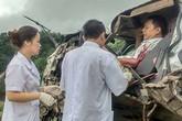 Bác sĩ đến hiện trường tai nạn cứu lái xe bị thương kẹt trong cabin