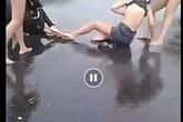 Công an xác minh nhóm thiếu nữ dùng mũ bảo hiểm đánh cô gái trẻ gục xuống đường