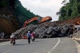 Hàng trăm khối đất đá sạt lở xuống cao tốc BOT Thái Nguyên - Chợ Mới