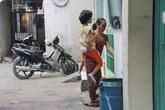 """18 năm ròng cõng con gái trên lưng mưu sinh giữa Sài Gòn, người mẹ vẫn nói """"không ngán, thương con lắm"""""""