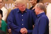 Ông Trump và Putin tranh thủ trò chuyện khi chụp ảnh chung