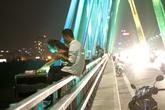 Tái diễn tình trạng dừng đỗ xe trên cầu Nhật Tân