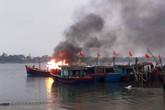 Lao vào tàu cá dập lửa, một chiến sỹ công an bị thương