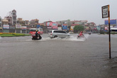 Mưa lớn gây ngập lụt nghiêm trọng tại nhiều tuyến đường lớn ở Hải Phòng