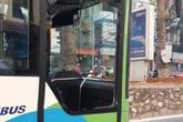 Hà Nội: Có làn riêng, xe buýt nhanh vẫn bị taxi đâm vỡ kính
