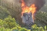 Ô tô mất lái lao xuống vực rồi bốc cháy ngùn ngụt